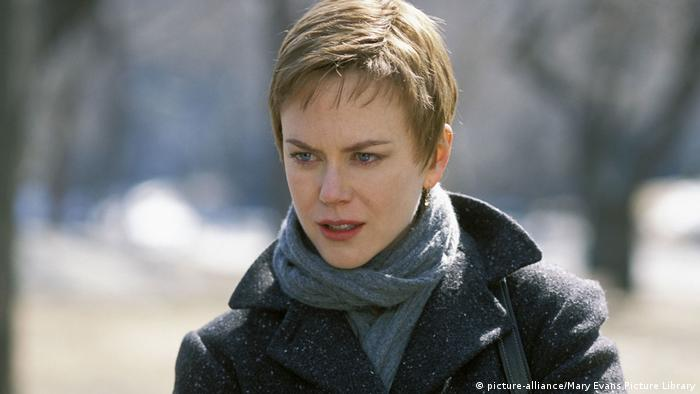 Film Birth with Nicole Kidman with short hair in a park (picture-alliance/Mary Evans Picture Library)