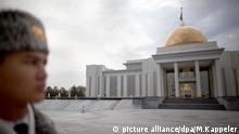 ARCHIV - Ein Soldat steht am 17.11.2011 vor demPräsidentenpalast inAschgabat (Turkmensitan). Wer nicht nachMallorca oder Phuket reisen möchte, der findet in verschiedenen Reiseführern Anregungen für abgelegene Reiseziele. (zu dpa «Reisen nach Absurdistan» vom 06.06.2017) Foto: Michael Kappeler/dpa +++(c) dpa - Bildfunk+++ | Verwendung weltweit
