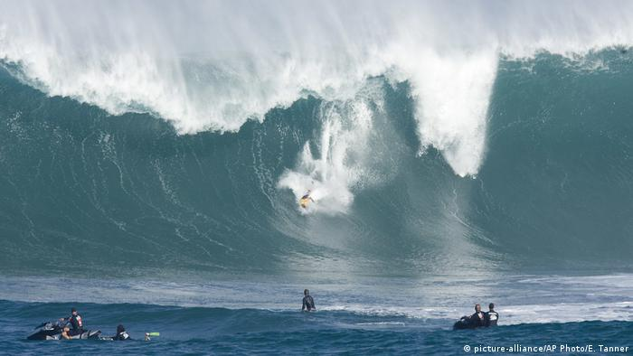 USA Hawaii Surfen The Quiksilver Contest (picture-alliance/AP Photo/E. Tanner)