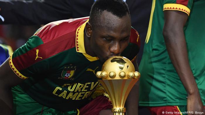 Jogador dos Camarões, Jacques Zoua, beija a taça depois da equipa vencer o Egito na final da CAN de 2017