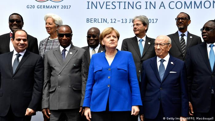 Chancellor Merkel surrounded by participants of the EU- Africa summit in June 2017