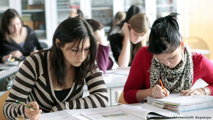 Dacă examenul devine tot mai facil, bucuria este trucată. (picture alliance/blickwinkel/M. Begsteiger)