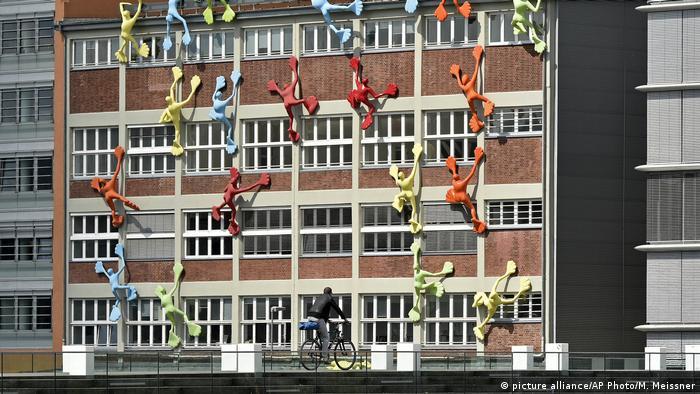 Deutschland Flossis der Künstlerin Rosalie (Foto: picture alliance/AP Photo/M. Meissner)