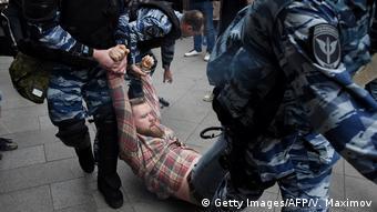Οι αρχές συλλαμβάνουν διαδηλωτή