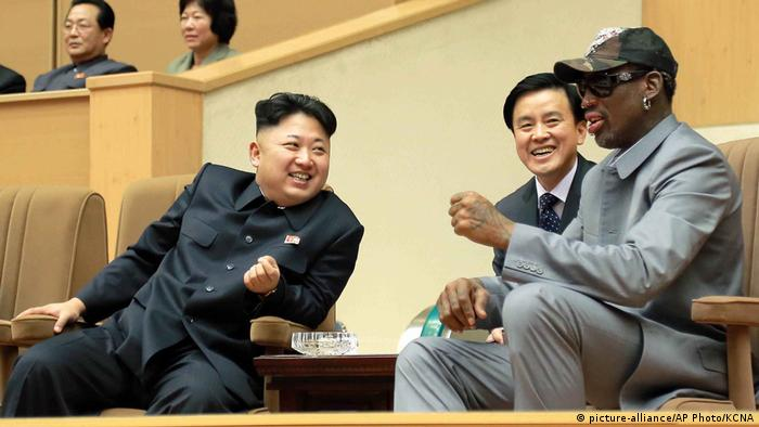 Nordkorea Kim Jong Un und Dennis Rodman (picture-alliance/AP Photo/KCNA)