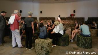 Επισκέπτες συζητούν με χορωδούς στο μουσείο Fridericianum στο Κάσελ