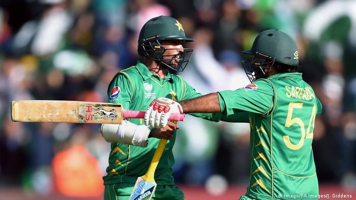 Großbritannien Cardiff Cricket Pakistan captain Sarfraz Ahmed and Mohammad Amir left celebrate winning the ICC Champions Trophy (Imago/PA Images/J. Giddens )