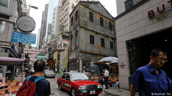 City street scene(Reuters/T. Siu)
