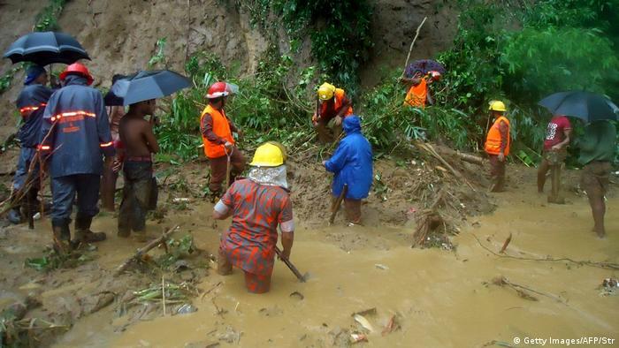 Bangladesch Erdrutsche nach Monsunregen mindestens 25 Tote (Getty Images/AFP/Str)