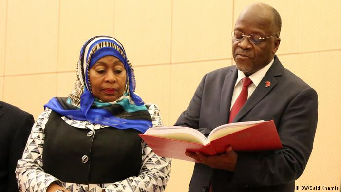 Tansania President John Pombe Magufuli of Tanzania at State House in Dar es Salaam. Left is her vice president, Samia Suluhu Hassan. (DW/Said Khamis)