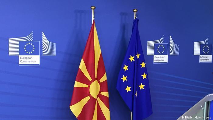 Belgien Die mazedonische Fahne am EU-Parlament (DW/M. Maksimovic)