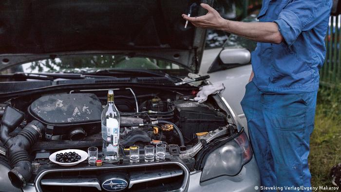 Соседей, помогавших в ремонте машины, полагается угостить.