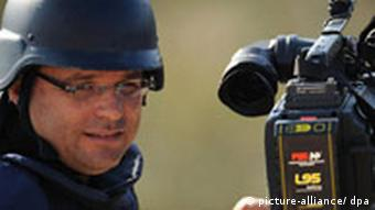 Wie viele andere kann auch dieser Journalist an der Grenze zum Gaza-Streifen nur von Israel aus berichten, Quelle: AP