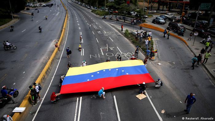 Los países de la Unión Europea aprobaron hoy sanciones contra siete altos cargos del gobierno de Nicolás Maduro por la represión en Venezuela. Las sanciones están ya acordadas y se suman a las impuestas en noviembre, un embargo de armas y un veto a material que pueda utilizarse para la represión interna en Venezuela. (18.01.2018).