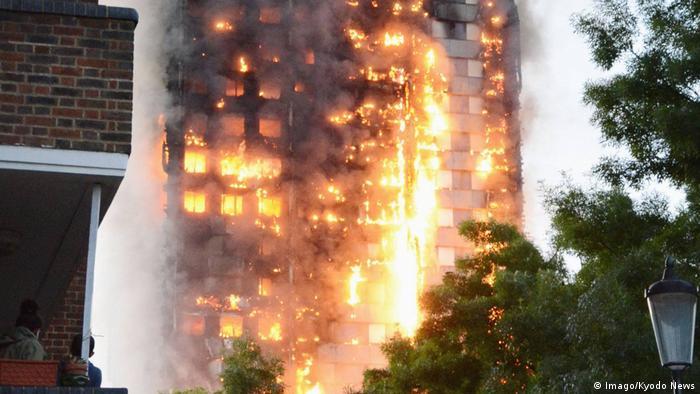 Перед палаючим будинком зібрались налякані родичі мешканців