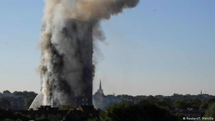 Una columna de humo se eleva del edificio.