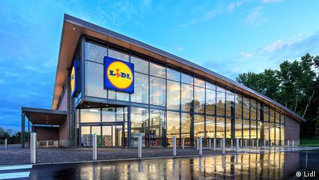 Богатството на 77-годишния основател на германската верига от супермаркети Лидл, която вече се е превърнала в глобален играч, се изчислява на 37 милиарда евро. Това прави Дитер Шварц най-богатия германец на всички времена. Първия си магазин той открива през 1970-те години в Лудвигсхафен, след което постепенно веригата експандира в цял свят. От тази година и в САЩ, където Лидл се конкурира с Уолмарт.
