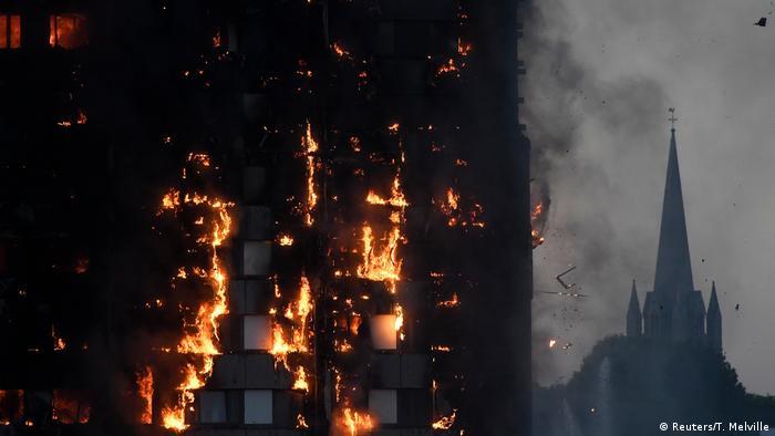 Feuer an der Fassade des Wohnhochhauses in London (Reuters/T. Melville)