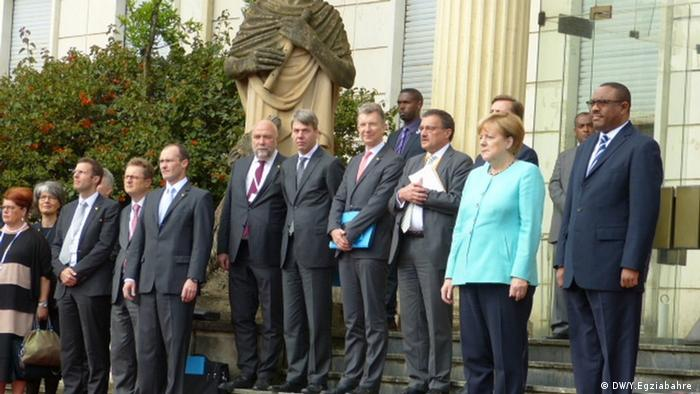Ehemaliger Deutscher Botschafter Joachim Schmidt mit Bundeskanzlerin Angela Merkel und Äthiopien PM Hailemarima Dessalegn (DW/Y.Egziabahre )