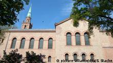 Die Kirche St. Johannes, aufgenommen am 12.05.2017 in Berlin. Die Evangelische Kirchengemeinde Tiergarten in Berlin Moabit wird ab 1. Juni 2017 den derzeit nicht genutzten Gemeinderaum nach der Renovierung an die liberale Ibn Rushd-Goethe Moschee gGmbH vermieten. (zu dpa «Feministin Ates zieht mit liberaler Moschee in Kirche ein» vom 12.05.2017) Foto: Soeren Stache/dpa +++(c) dpa - Bildfunk+++   Verwendung weltweit