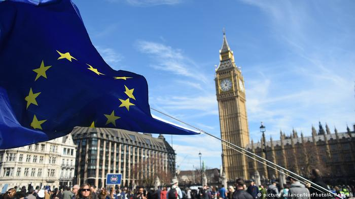 A European Union flag in London (picture alliance/NurPhoto/A. Pezzali)