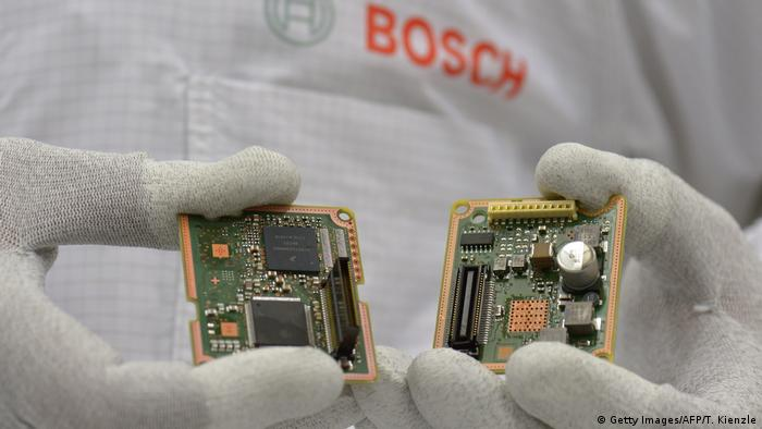 Reutlingen - Firma Bosch - zwei Leiterplatten für die Fertigung von Radarsensoren für die Automobilindustrie