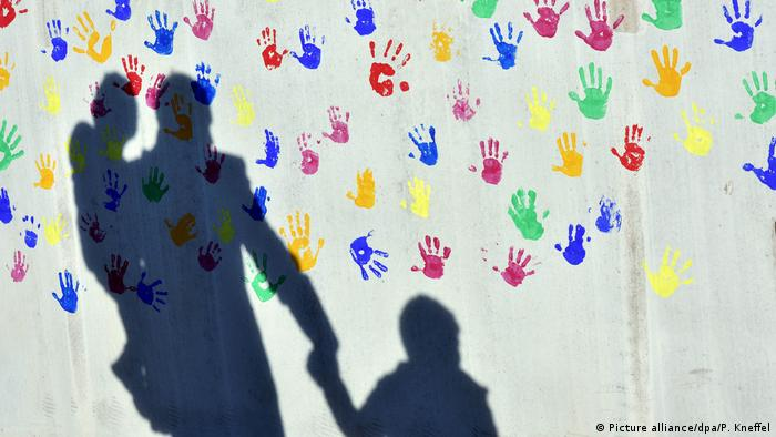 Shadow of a man with children (Picture alliance/dpa/P. Kneffel)