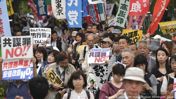 Japan Protest gegen Anti-Terror-Gesetz in Tokio (picture-alliance/AP Images/Yomiuri Shimbun/N. Sasaki)