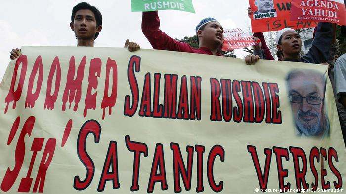 Muslim protesters hold an anti-Salman Rushdie banner during a demonstration(picture-alliance/dpa/S. Shamsudin)