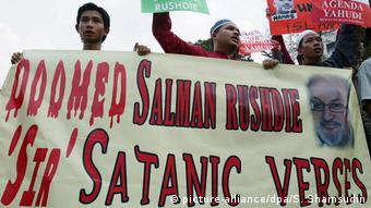 Malaysian Protest against Salman Rushdie's book 'The Satanic Verses' in Kuala Lumpur (picture-alliance/dpa/S. Shamsudin)