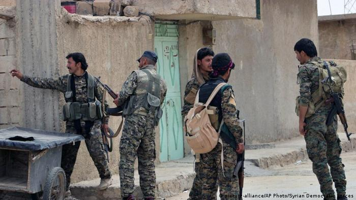 Syrien Demokratische Kräfte Syriens bei Raqqa (picture-alliance/AP Photo/Syrian Democratic Forces)