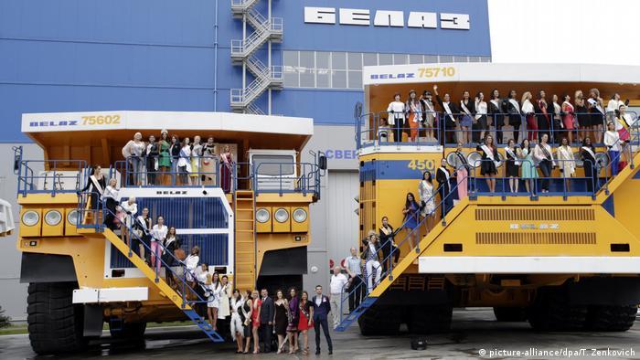 БелАЗы на фоне корпуса завода