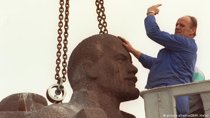 یوزف کورتس در حال انتقال تندیس از درسدن به گوندلفینگن در سال ۱۹۹۲