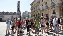 ARCHIV - Touristen besichtigen am 10.03.2016 in Havanna (Kuba) den Old Havana Square. (zu dpa «US-Besucherboom in Kuba») Foto: Alejandro Ernesto/EFE/dpa  