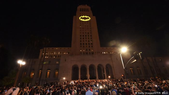 Los Angeles City Hall Adam West Tribut Bat-Signal (Getty Images/AFP/R. Beck)