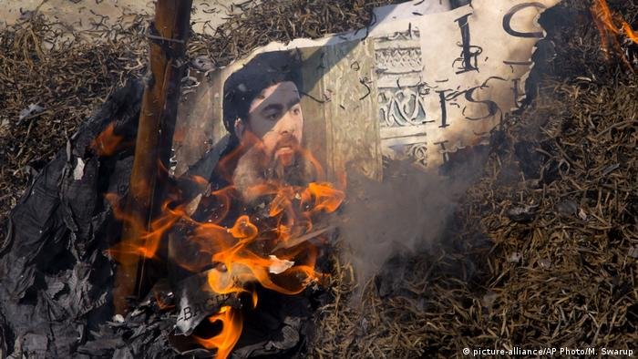 Abu Bakr al-Baghdadi Bildnis in Flammen (picture-alliance/AP Photo/M. Swarup)
