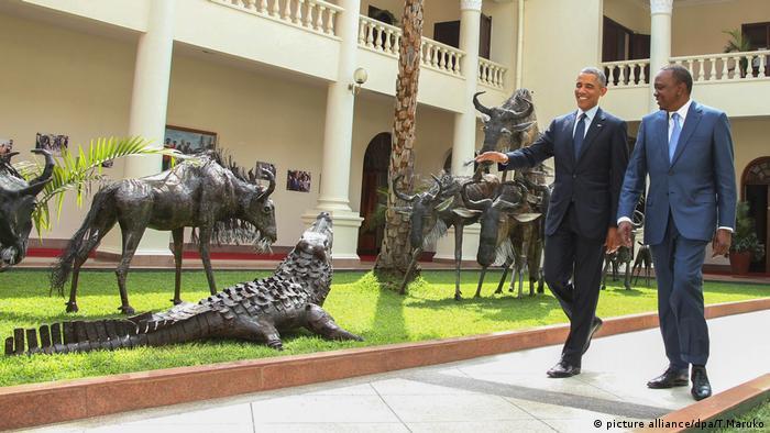 Ex-President Barack Obama und Uhuru Kenyatta, Kenya's President. Photo credit: picture alliance/dpa/T.Maruko.