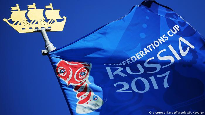 2017 FIFA Confederations Cup Fahne Logo (picture-alliance/Tass/dpa/P. Kovalev)