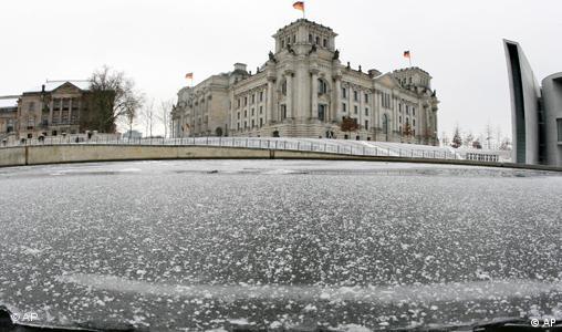 Wintereinbruch: Eisschollen treiben auf der Spree vorm Reichstag in Berlin - freies Format