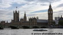 UK: Palace of Westminster mit Big Ben und Westminster Bridge. Foto vom 11. September 2010. | Verwendung weltweit