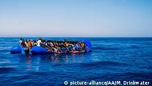 Libyen spanische Patrouille überwacht Flüchlingsboot für eine Rettungsaktion