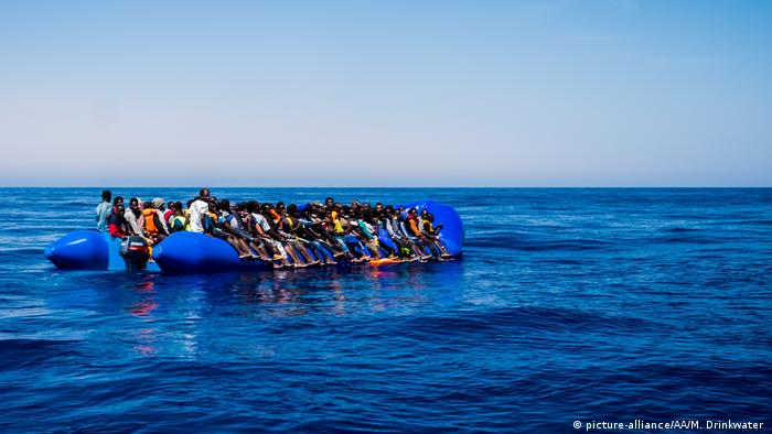 Libyen spanische Patrouille überwacht Flüchlingsboot für eine Rettungsaktion (picture-alliance/AA/M. Drinkwater )