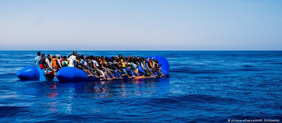 Refugiados tentam atravessar o Mediterrâneo em barco improvisado