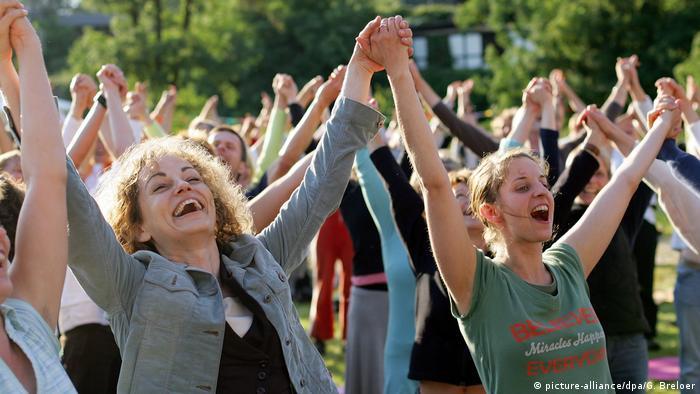 Eine Gruppe von Yogi macht Lachyoga-Übungen (Foto: dpa)