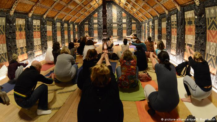 Yoga im Museum (picture-alliance/dpa/D. Bockwoldt)