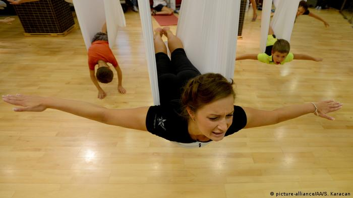 Aerial yoga (Photo: picture-alliance/AA/S. Karacan)