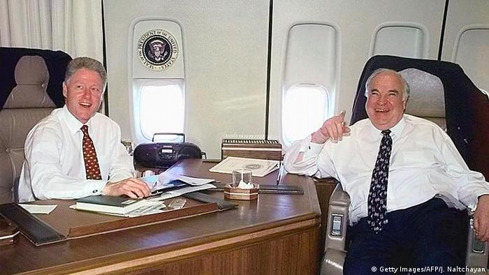 Altbundeskanzler Helmut Kohl und US Präsident Bill Clinton (Getty Images/AFP/J. Naltchayan)