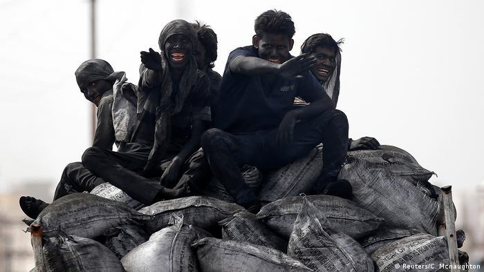 Indien Arbeiter im Kohleabbau in Barsana (Reuters/C. Mcnaughton)