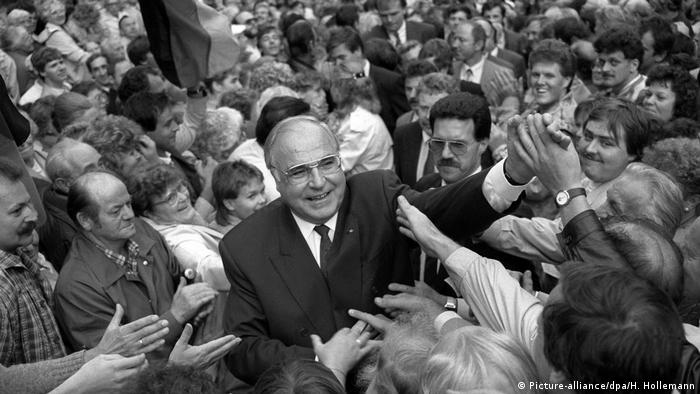 Helmut Kohl Bad in der Menge (Picture-alliance/dpa/H. Hollemann)