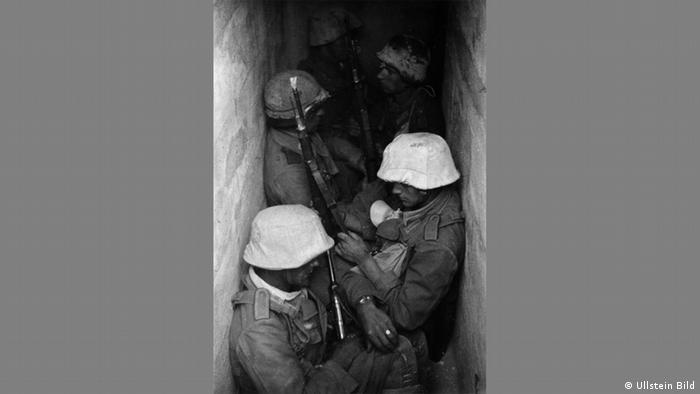 Erich Borchert - Photo of German soldiers in a trench in Tobruk in 1941 (Ullstein Bild)